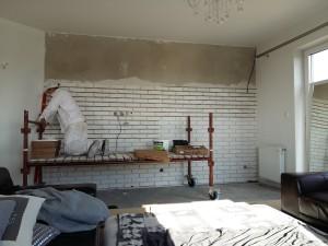 Białe cegiełki w domu