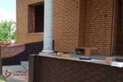 Spoinowanie domu na czysto. Żółta cegła i czarna spoina (1)