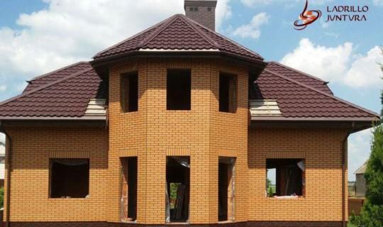 Spoinowanie domu z żółtej cegły